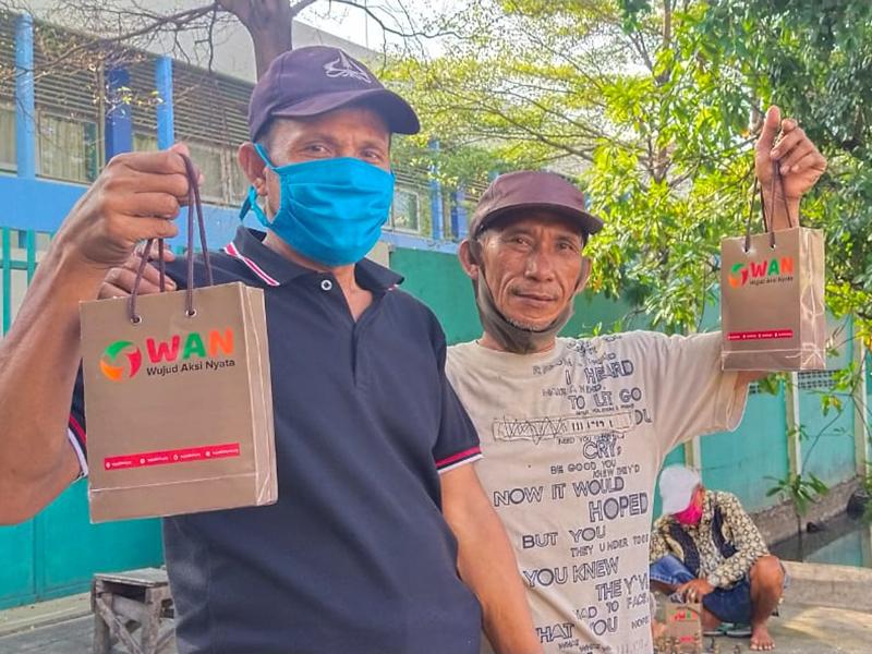 Aksi Penyaluran Paket Hygiene Kit untuk Pekerja Harian